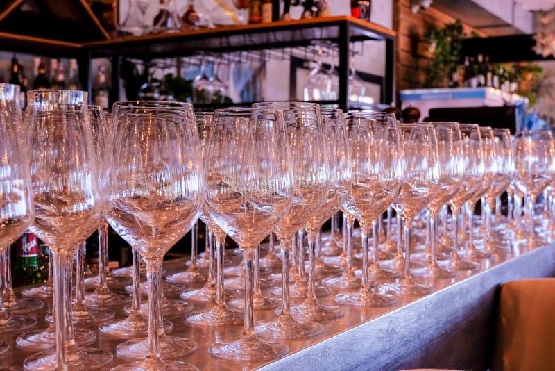 Fila vac?a elegante de copas de vino Mucho vidrio vacío en la barra lista para llenar el vino vidrios limpios en restaurante Vidr fotografía de archivo