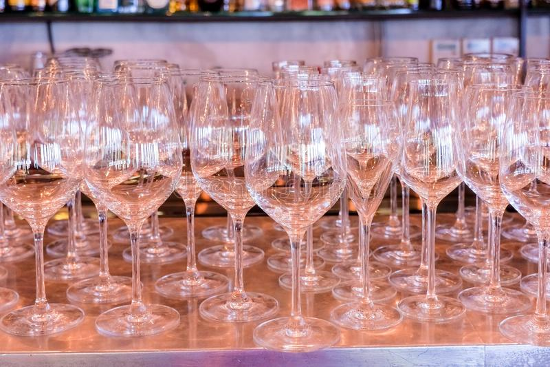 Fila vac?a elegante de copas de vino Mucho vidrio vacío en la barra lista para llenar el vino vidrios limpios en restaurante Vidr fotografía de archivo libre de regalías