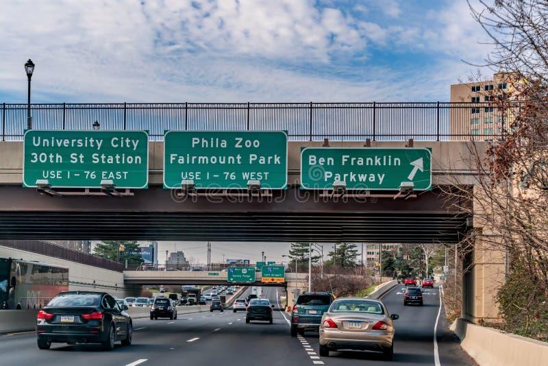 Filadelfia, dicembre 2018 - segni con le direzioni alla città dell'università, Phila Zoo, parco di Fairmount e Ben Franklin Parkw fotografia stock