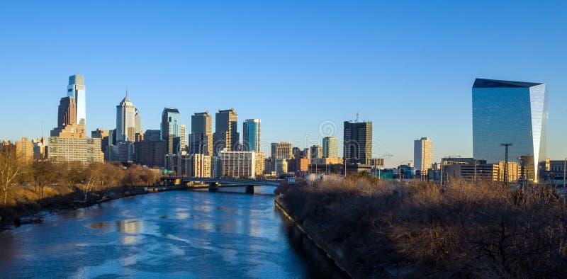 Filadelfia linia horyzontu od Schuylkill rzeki przy zmierzchem. zdjęcia royalty free