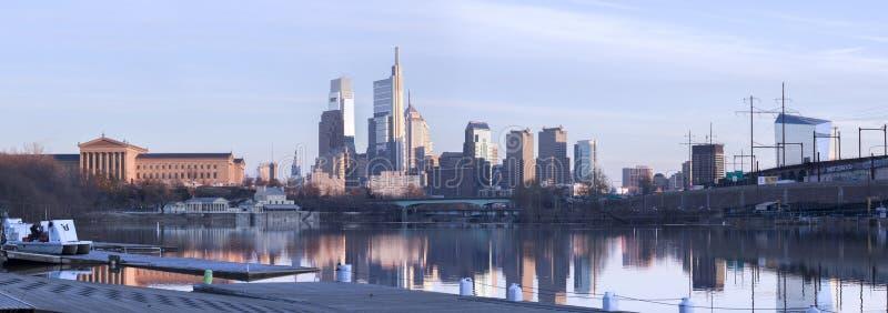 Filadelfia linia horyzontu panoramy w Dzienny odbicie fotografia stock