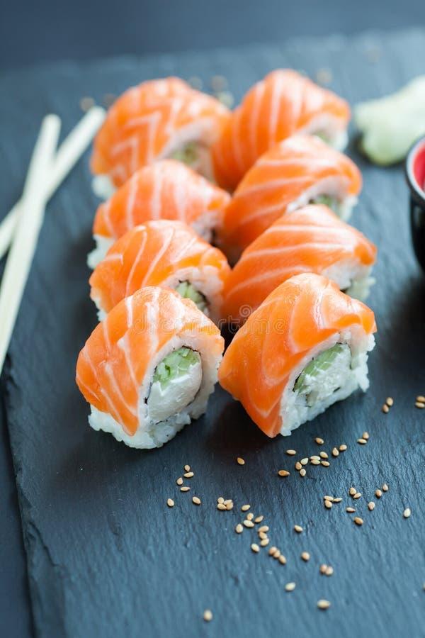 Filadelfia rolki klasyk na ciemnym kamiennym tle Łosoś, Filadelfia ser, ogórek, avocado japoński sushi obraz royalty free