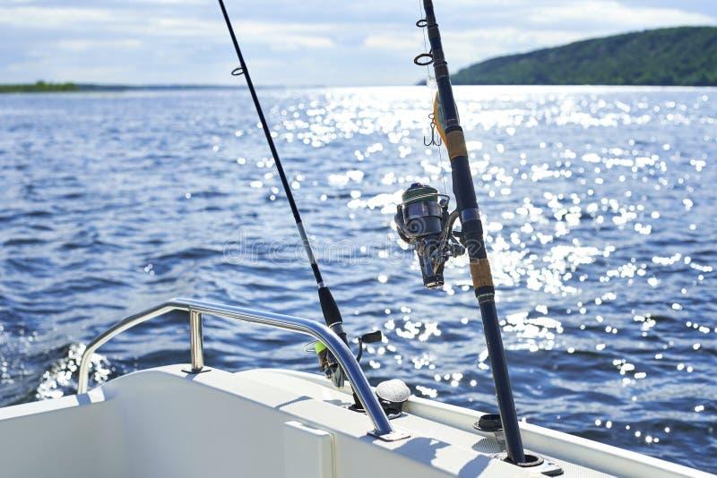Filando con la pesca a traina sullo scafo del ` s della nave contro fotografia stock