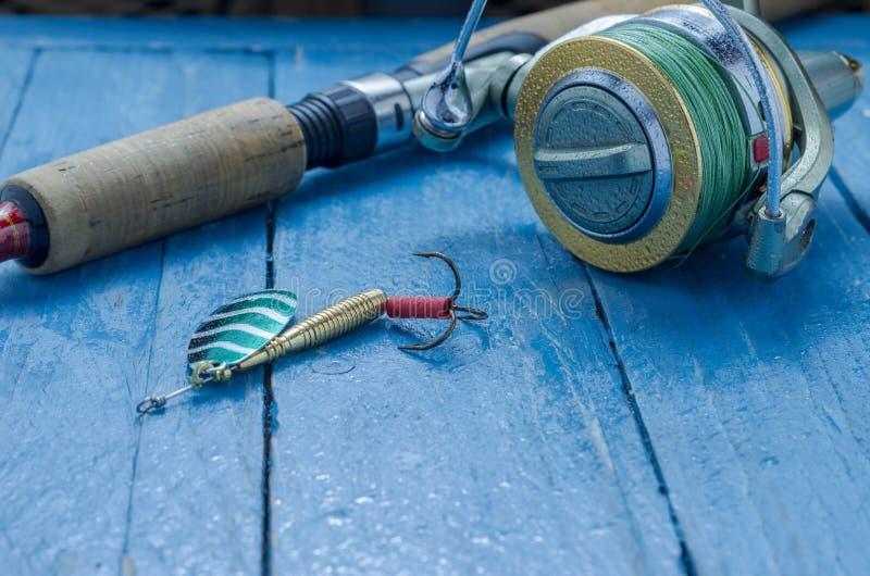Filando ed esca del ferro per pescare cucchiaio Gocce di acqua Priorità bassa decorativa fotografia stock libera da diritti
