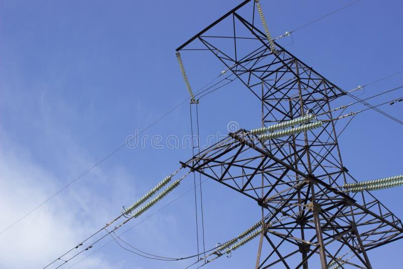 Filar elektryczna przekaz linia przeciw nieba tłu zdjęcia royalty free