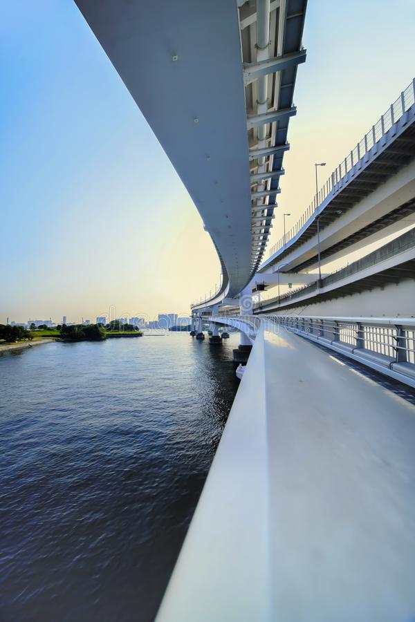 Filar tęcza mosta most w Odaiba zatoce, Tokio, Japonia obrazy royalty free