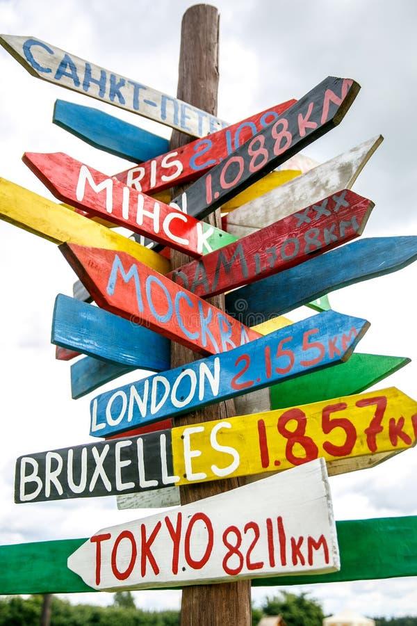 Filar z kierunkiem różni capitals świat wskazujący w znaku ulicznym zdjęcie royalty free