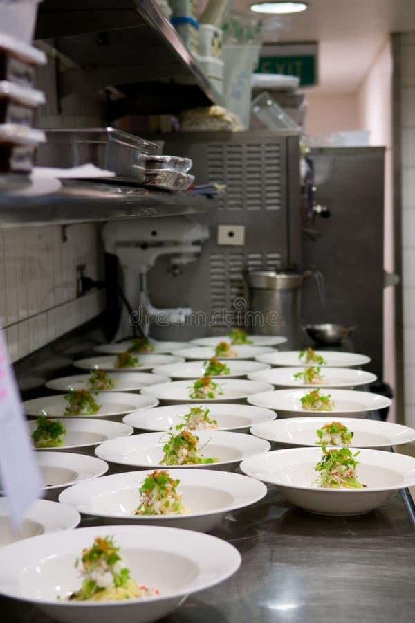 Filas aseadas del alimento preparado en una cocina ocupada imagen de archivo libre de regalías