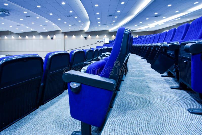 Filas azules de las sillas imagen de archivo libre de regalías