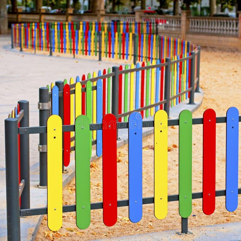 Filas coloridas de la madera pintada en un pantano del patio fotografía de archivo