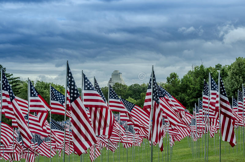 Filas de banderas americanas con las nubes fotos de archivo libres de regalías