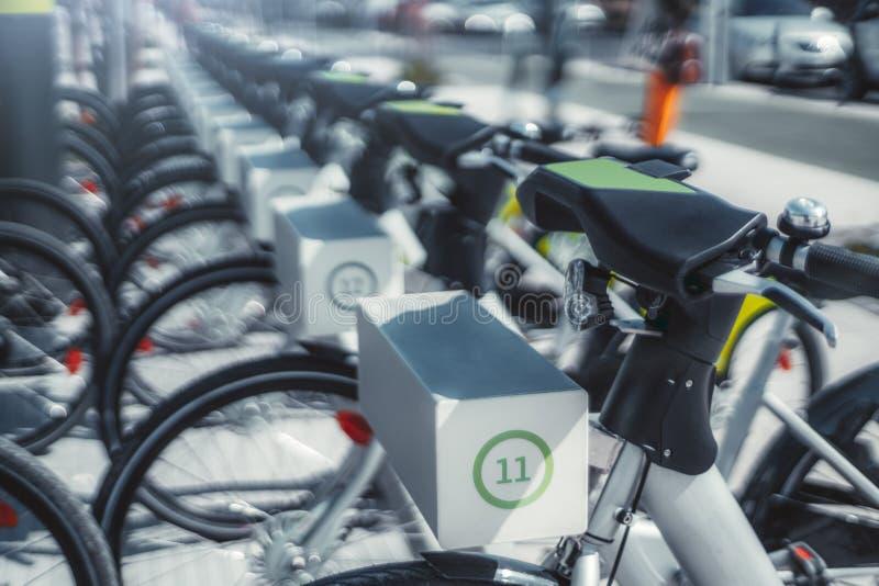 Filas de bicicletas de alquiler al aire libre fotos de archivo libres de regalías