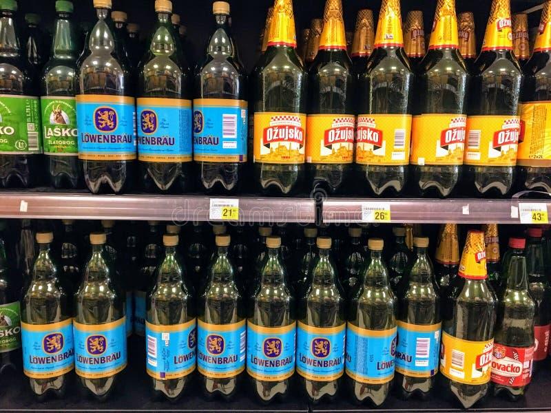 Filas de botellas plásticas grandes de cerveza croata y europea que es vendida en un colmado local en Rovinj, Croacia fotos de archivo libres de regalías