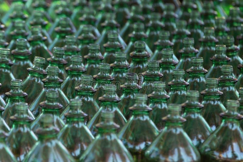 Filas de botellas plásticas verdes imagen de archivo libre de regalías