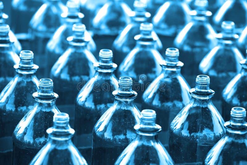 Filas de botellas vacías imágenes de archivo libres de regalías