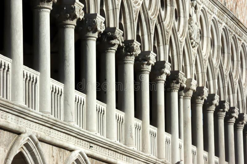 Filas de columnas imagen de archivo libre de regalías
