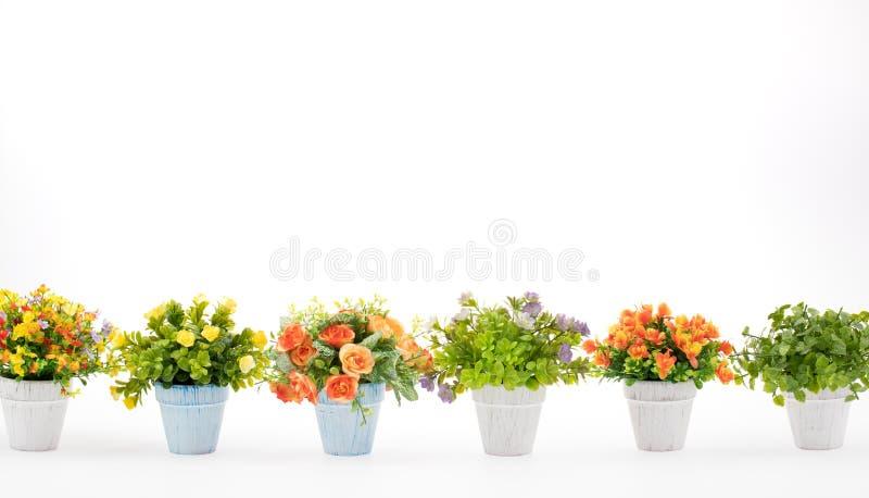 Filas de flores falsas coloridas en el fondo blanco, hechas de clo imagen de archivo libre de regalías