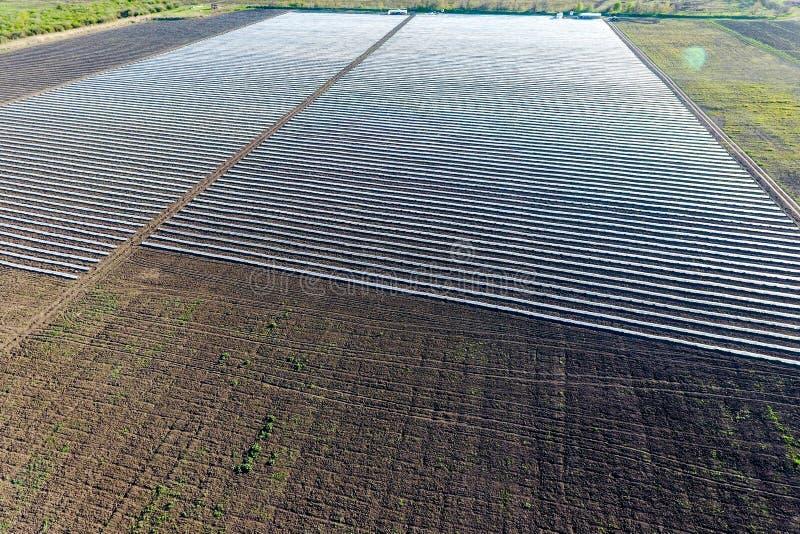 Filas de invernaderos membranosos en el campo Verduras crecientes en una tierra cerrada imágenes de archivo libres de regalías