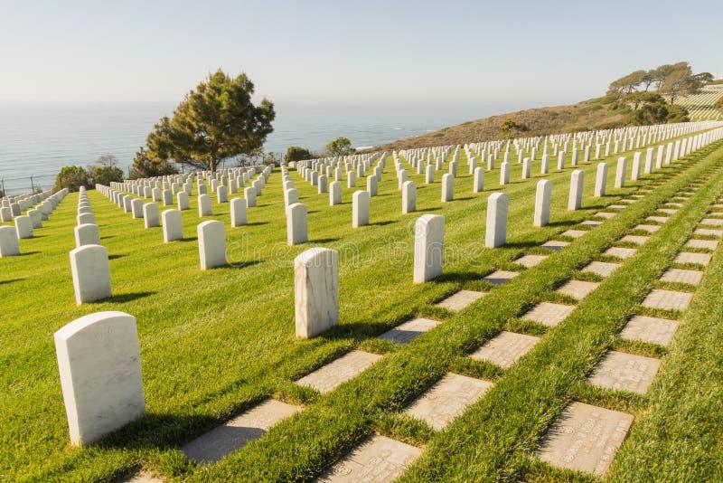 Filas de lápidas mortuorias en el cementerio nacional de Rosecrans del fuerte foto de archivo
