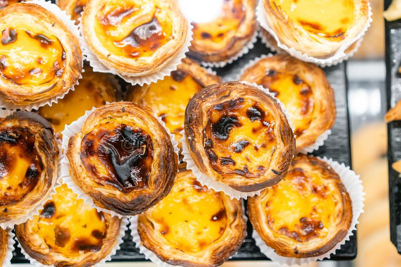 Filas de la tarta del huevo, postre portugués tradicional, pasteis de nata, tartas de las natillas Café en las calles de Lisboa foto de archivo