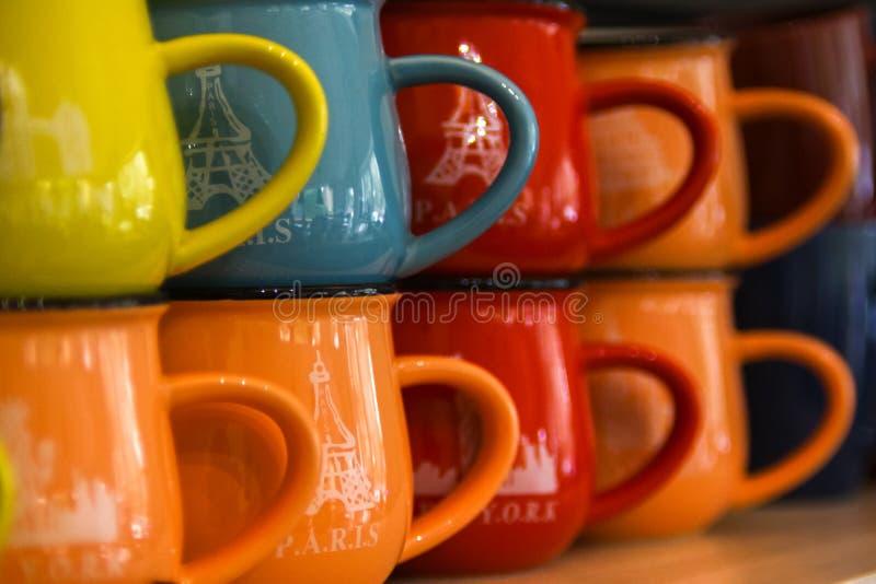 Filas de la taza coloreada imagenes de archivo