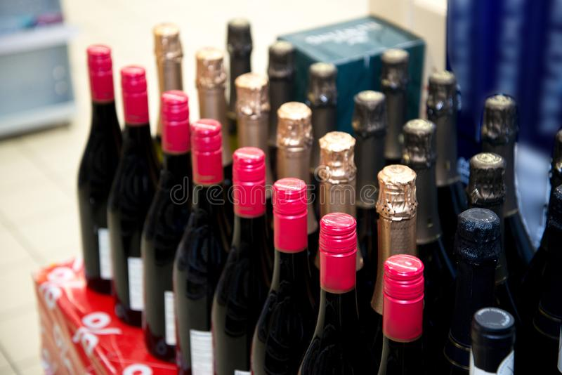 Filas de las botellas de vino Botellas de vino en la tienda fotos de archivo