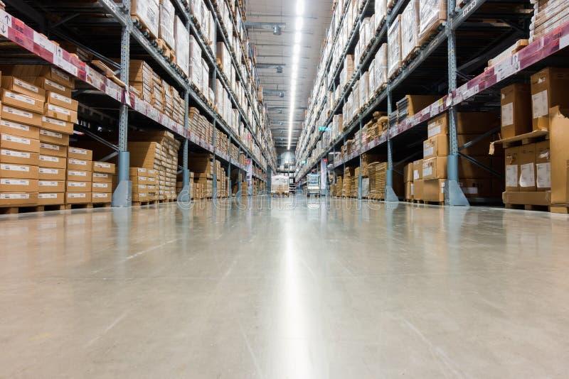 Filas de las cajas de las mercancías de los estantes en almacenamiento de la tienda del almacén imagenes de archivo