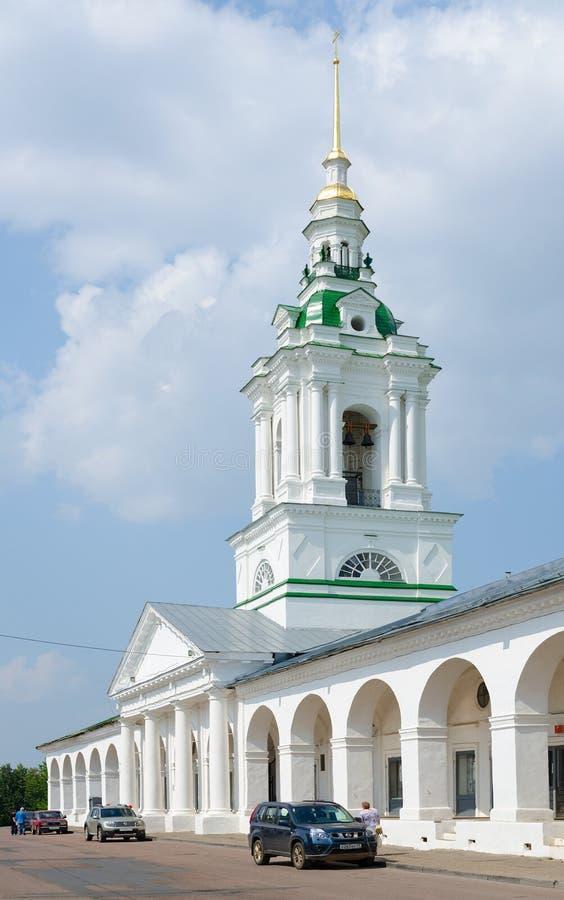 Filas de las compras y campanario de la iglesia del salvador, Kostroma imagenes de archivo