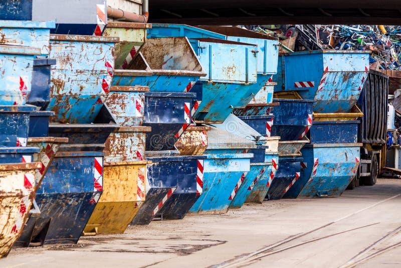 Download Filas De Las Extremidades Vacías De La Basura Foto de archivo - Imagen de grunge, industria: 41912770
