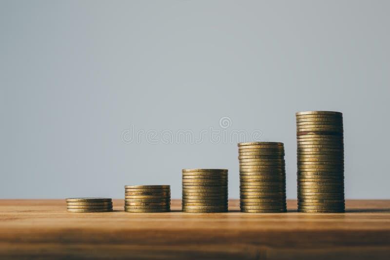 Filas de las finanzas de las monedas y del concepto de diseño del fondo de las actividades bancarias foto de archivo