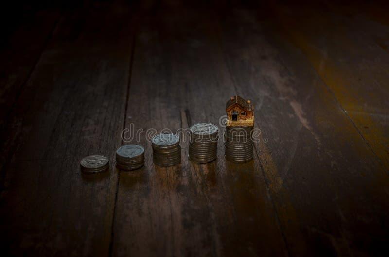 5 filas de las monedas dispuestas en orden creciente  foto de archivo libre de regalías