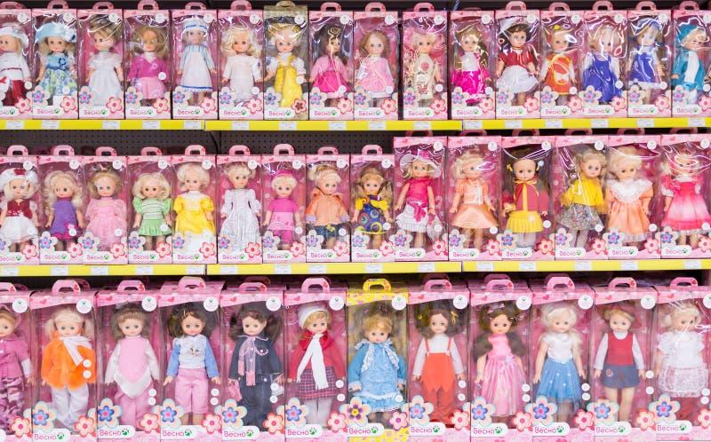 Filas de las muñecas de los niños en cajas fotos de archivo