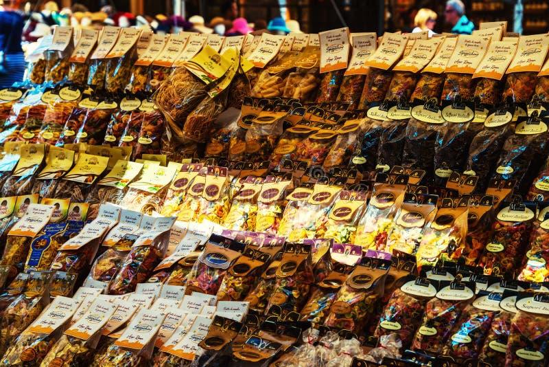 Filas de las pastas italianas tradicionales en el mercado de la comida de la calle en Roma, Italia imagen de archivo