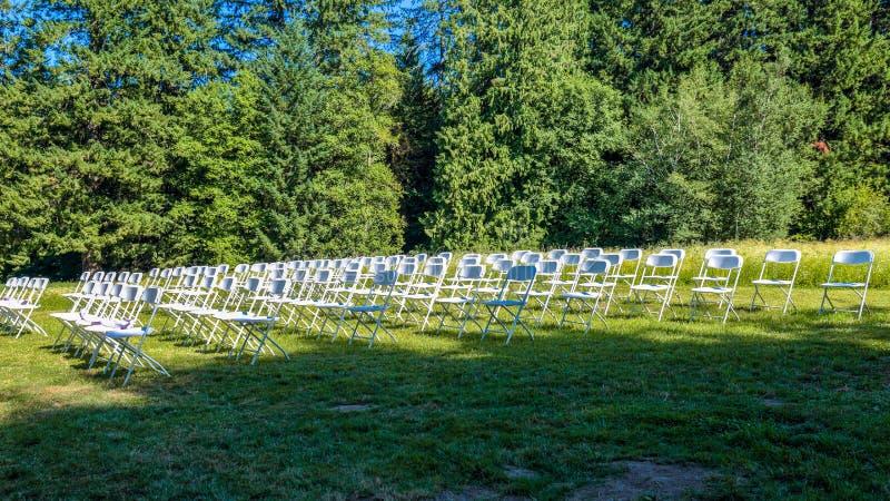 Filas de las sillas vacías preparadas para una ceremonia que se casa imágenes de archivo libres de regalías
