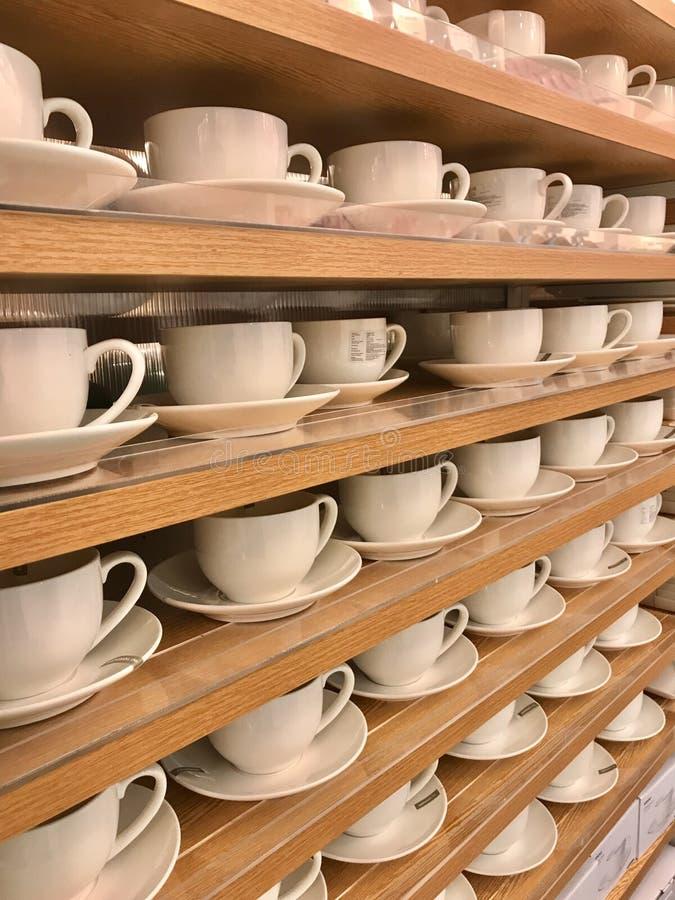 Filas de las tazas de té blancas fotografía de archivo libre de regalías