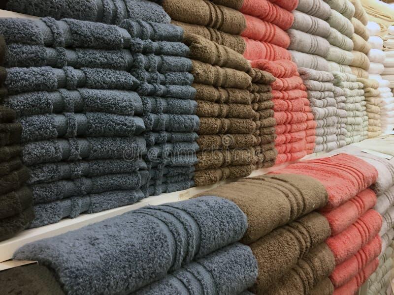Filas de las toallas de baño apiladas cuidadosamente fotografía de archivo libre de regalías