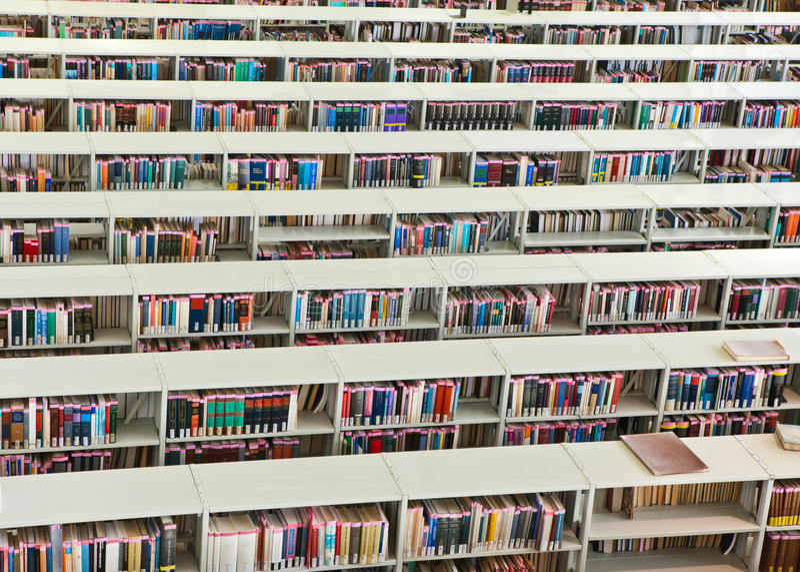 Filas de libros en una biblioteca pública imagen de archivo libre de regalías
