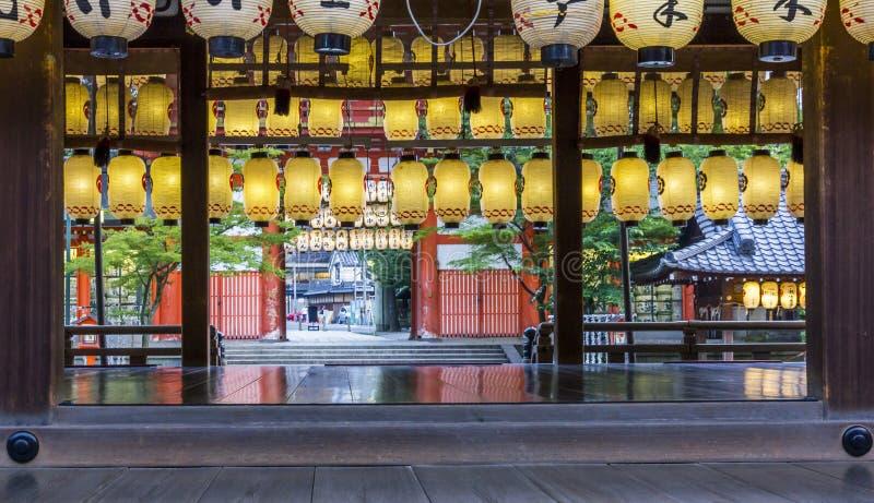 Filas de linternas de papel coloridas en el shtine sintoísta, Kyoto, Japón fotografía de archivo