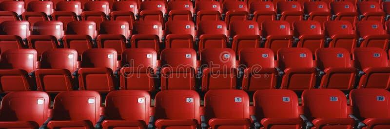 Filas de los asientos rojos del estadio fotografía de archivo libre de regalías