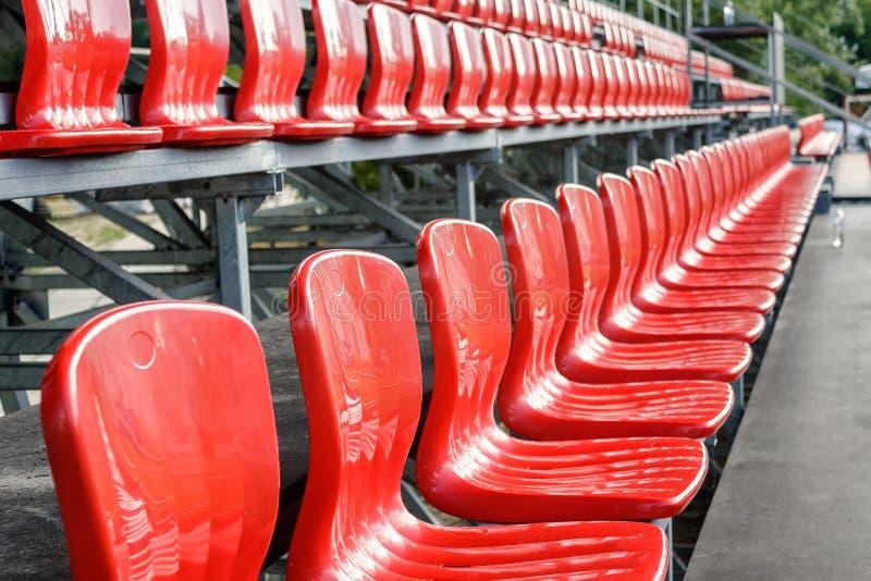 Filas de los asientos rojos del estadio del mini-fútbol imagenes de archivo