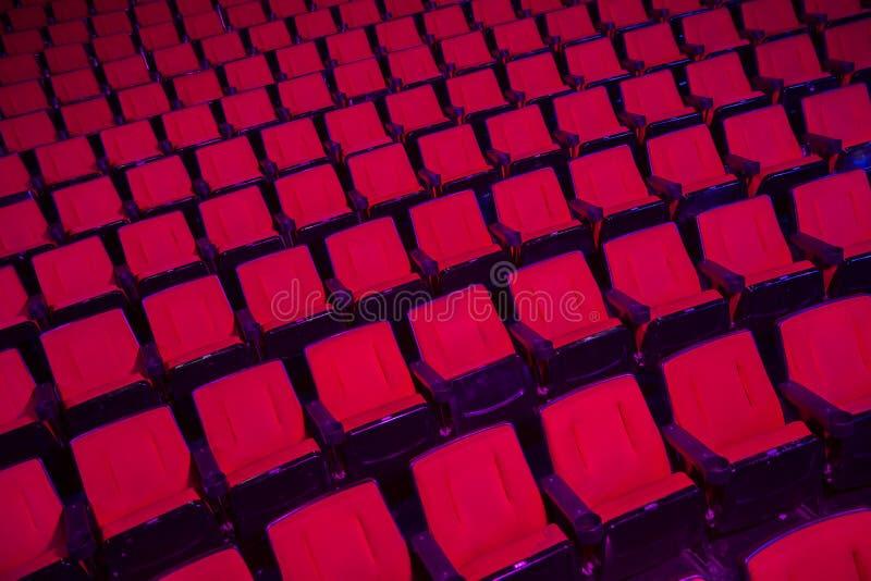 Filas de los asientos vacíos del teatro foto de archivo
