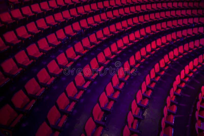 Filas de los asientos vacíos del teatro imagenes de archivo