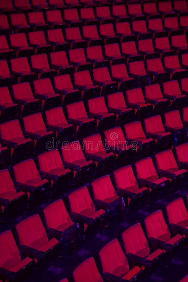 Filas de los asientos vacíos del teatro fotos de archivo