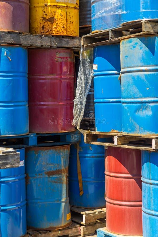 Filas de los barriles de aceite apilados imágenes de archivo libres de regalías