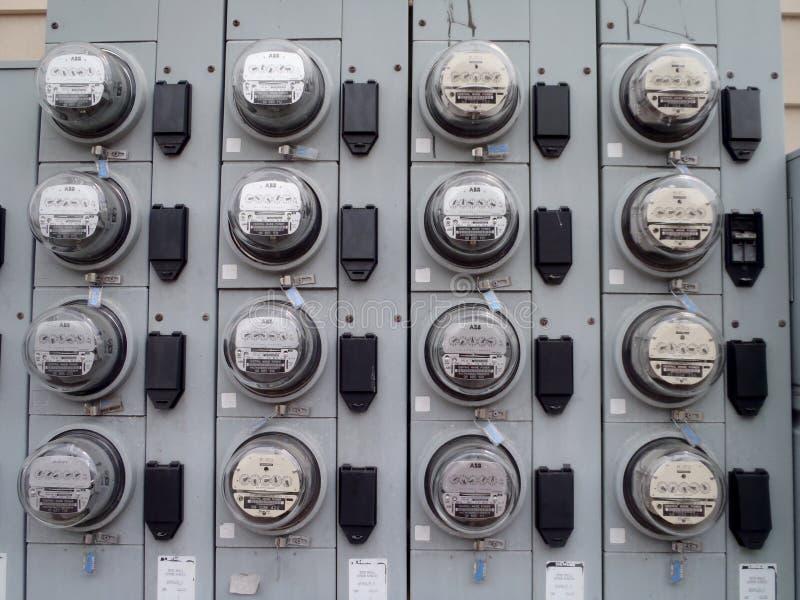 Filas de los metros de poder en el edificio residencial foto de archivo libre de regalías