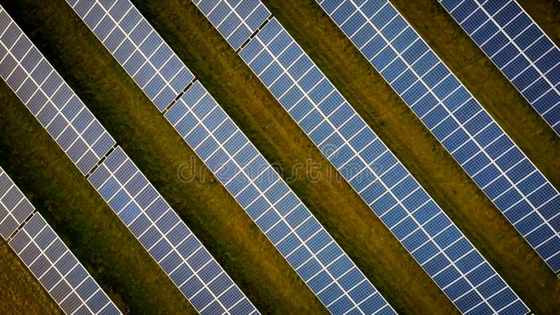 Filas de los paneles solares en el campo foto de archivo libre de regalías