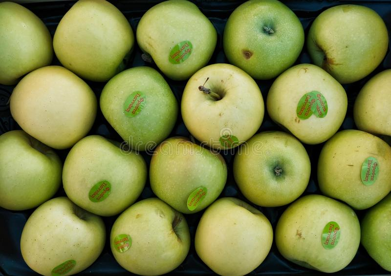 Filas de manzanas verdes en el mercado callejero foto de archivo libre de regalías