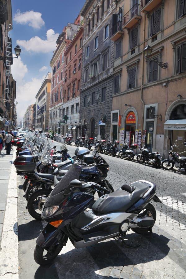 Filas de motocicletas y de turistas en las calles fotografía de archivo