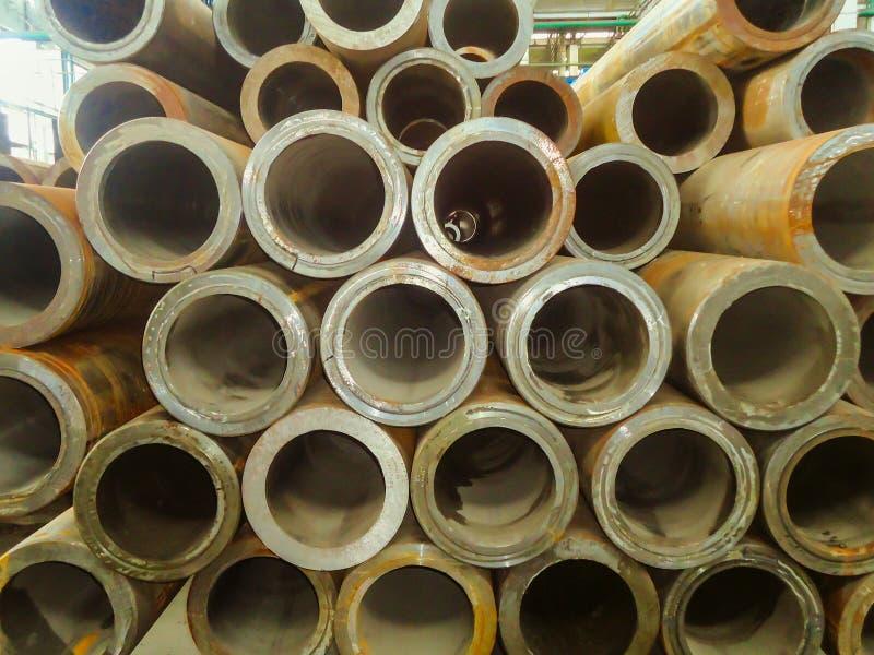 Filas de niveles múltiples de las tuberías de acero de pared gruesa para las estructuras de edificio fotografía de archivo libre de regalías