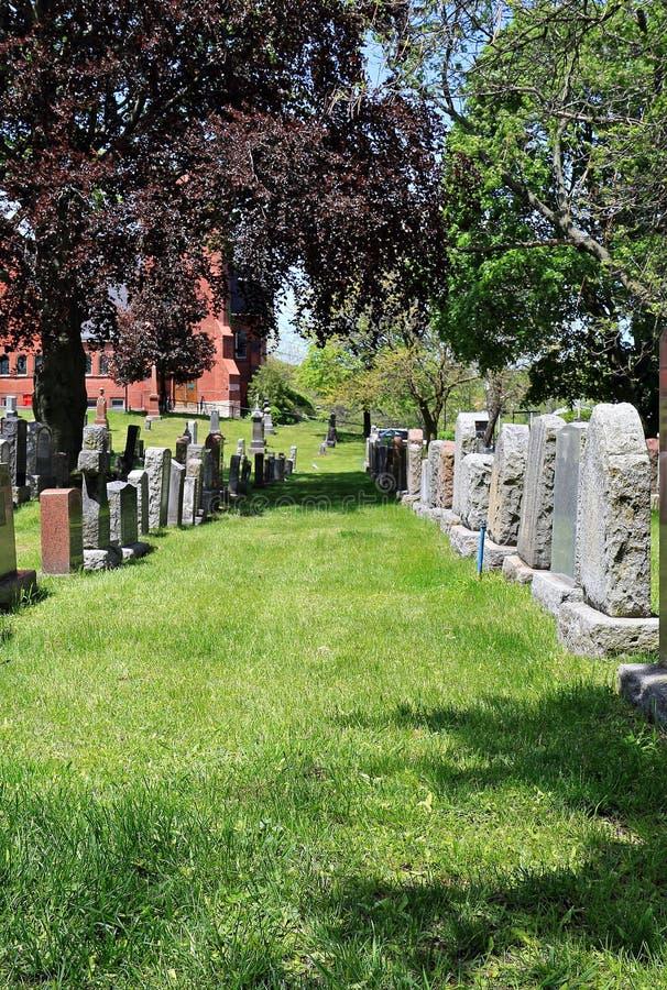 Filas de piedras sepulcrales en cementerio rústico imagen de archivo libre de regalías